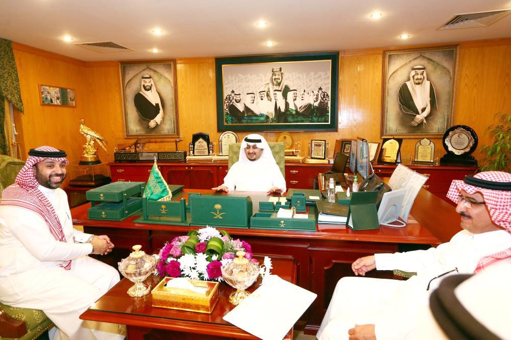 الأمير عبدالعزيز بن فهد مجتمعا بأمين الجوف. (عكاظ)