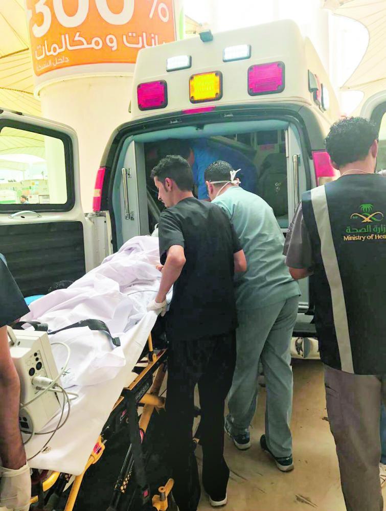 الفريق الطبي أثناء نقل الحاجة الإندونيسية. (عكاظ)