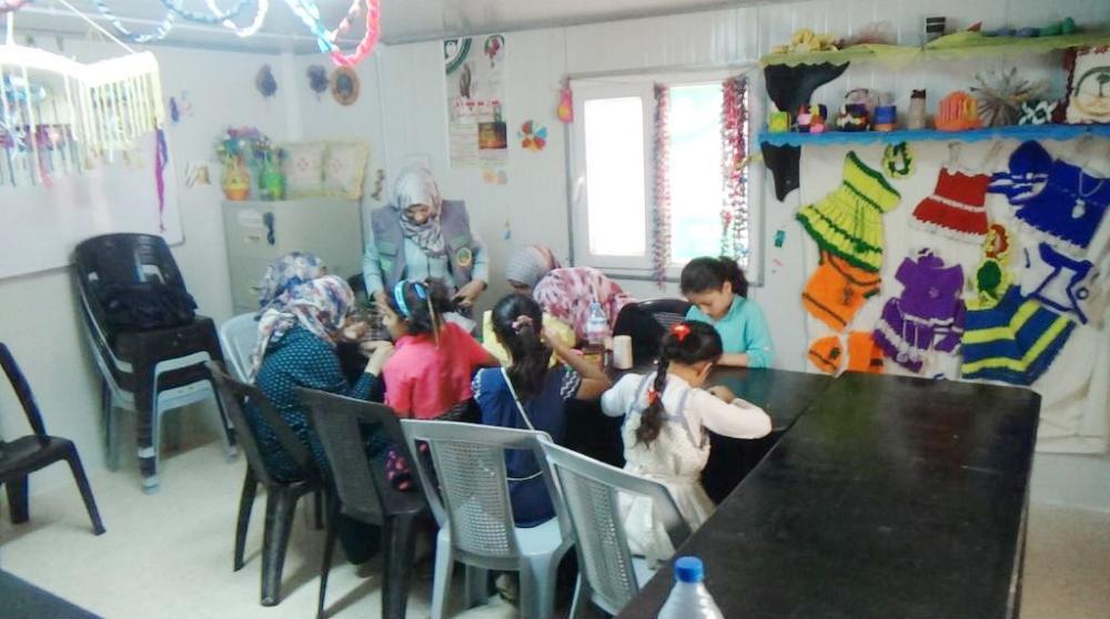 سيدات وفتيات سوريات يتلقين تدريبا حرفيا في مخيم الزعتري.