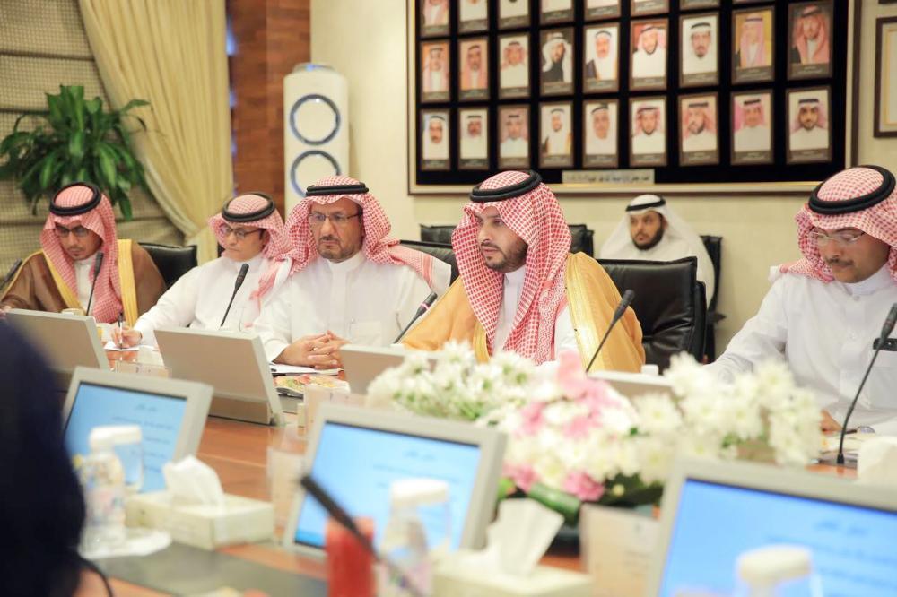 الأمير تركي بن محمد بن فهد خلال زيارته المدينة الطبية في الرياض. (عكاظ)