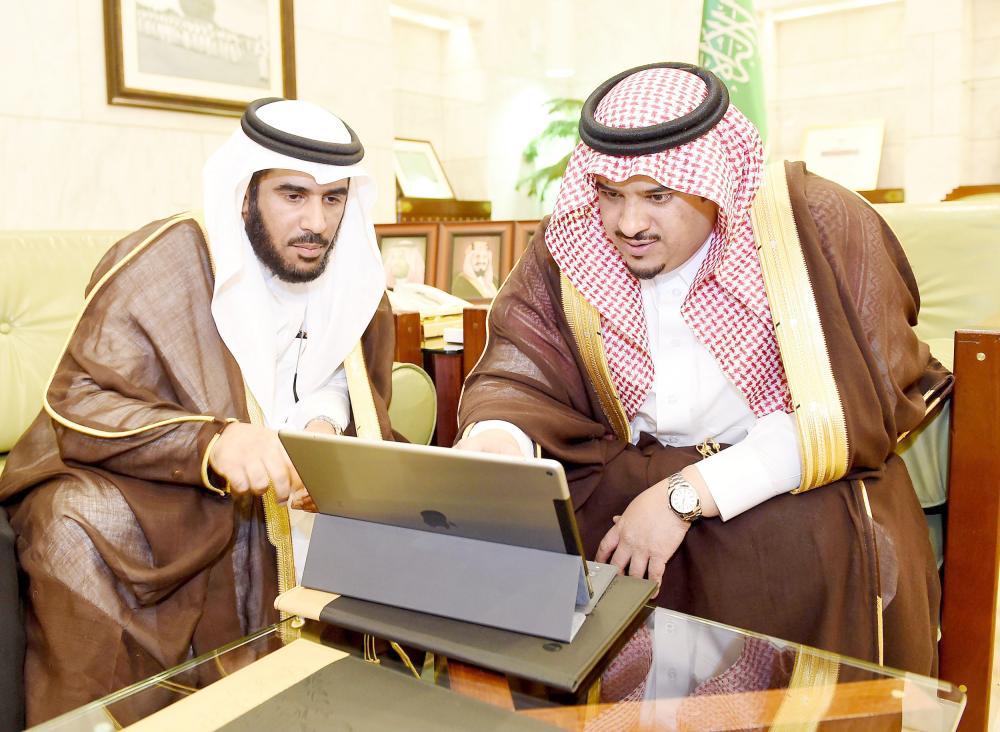 الأمير محمد بن عبدالرحمن مدشناً المشروع. (واس)