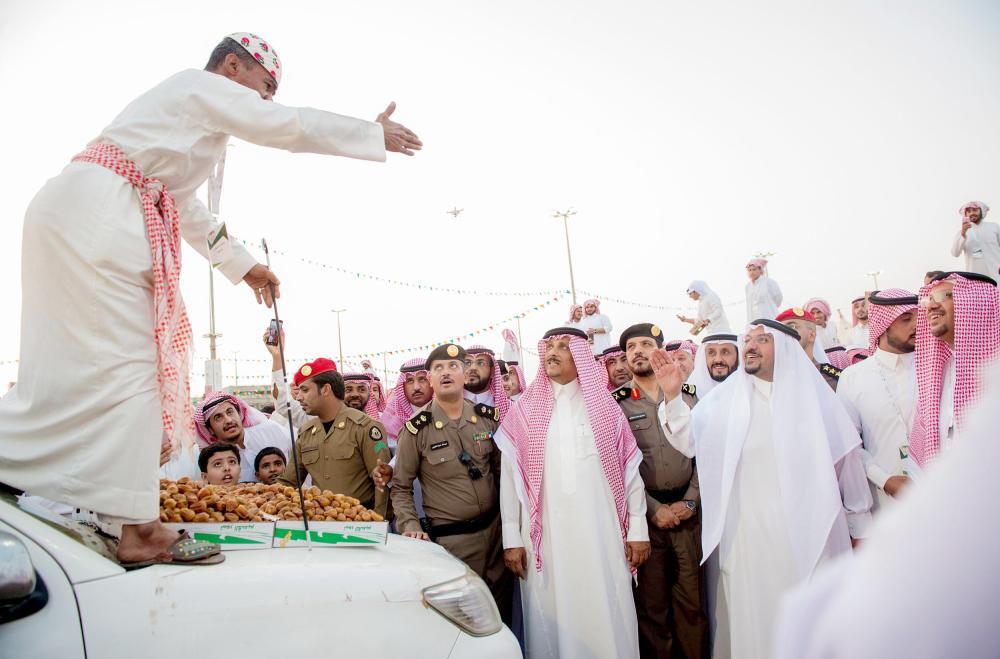 الأمير فيصل بن مشعل خلال زيارته مهرجان التمور. (واس)