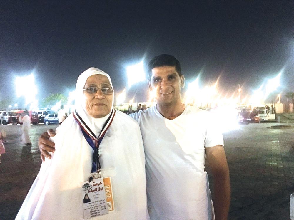 الحاجة زكية مع ابنها في مطار القاهرة. (تصوير: سارة الشريف)