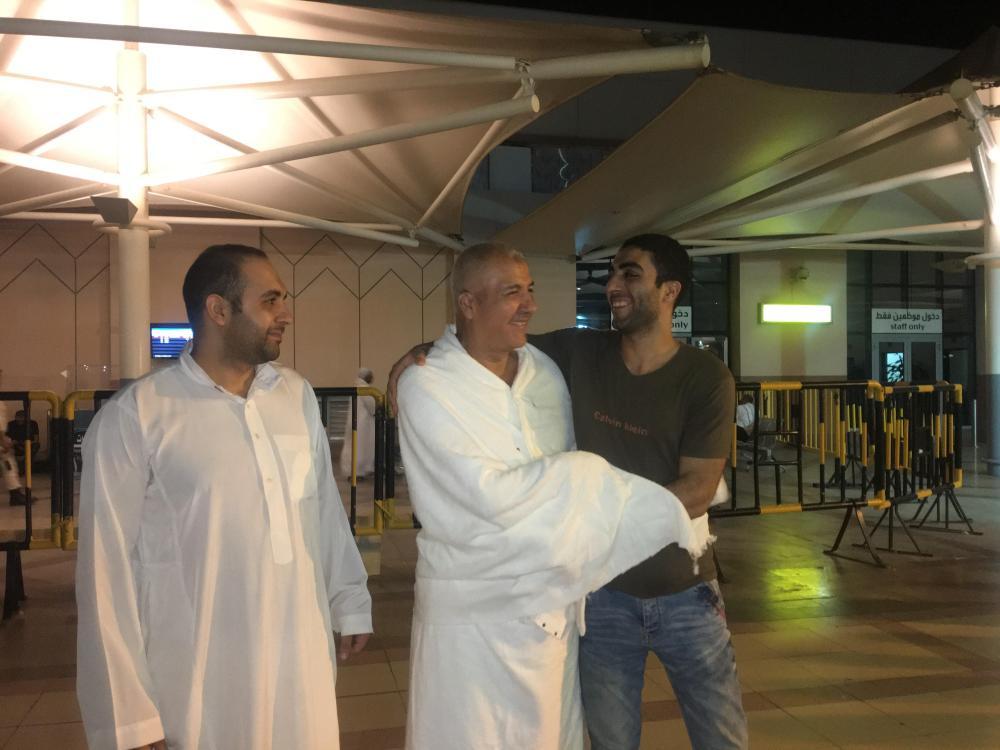الحاج فتحي الصيفي يودع أبناءه. تصوير: سارة الشريف