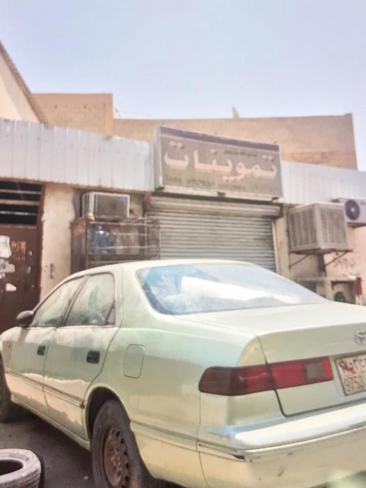 البقالة القريبة من المنزل الذي شهد حادثة تغيب الفتاة السورية. (عكاظ).