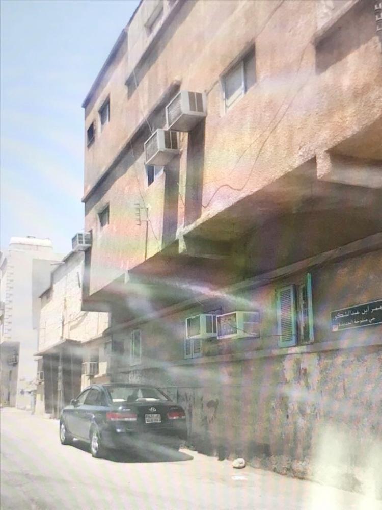 صورة للمنزل الذي يدعي شقيق الفتاة أن الخياطة تقطنه (عكاظ)