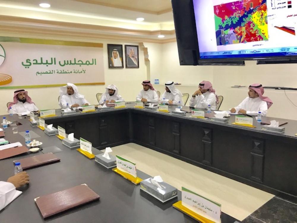 المشاركون في الاجتماع. (عكاظ)