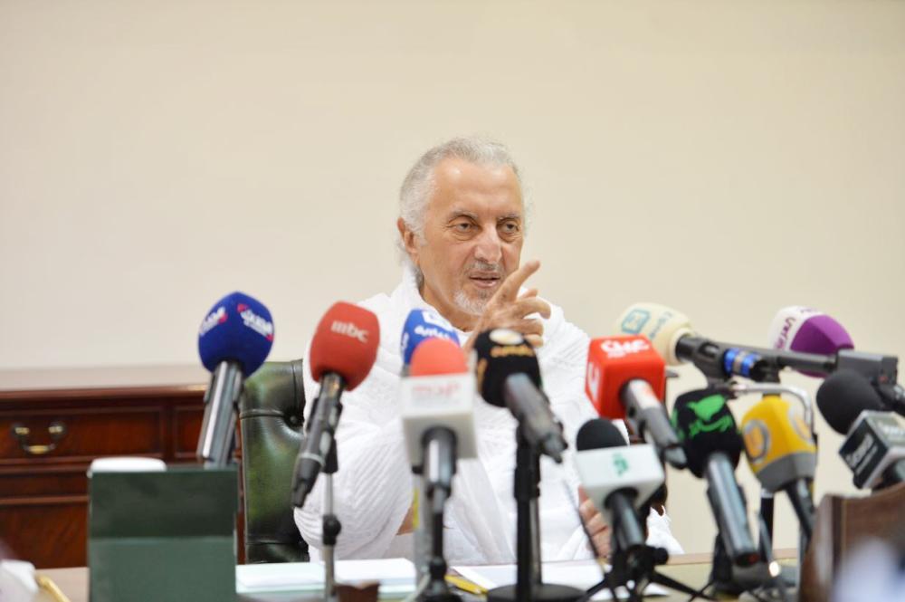 الأمير خالد الفيصل خلال المؤتمر الصحفي في قصر الإمارة بمنى أمس.