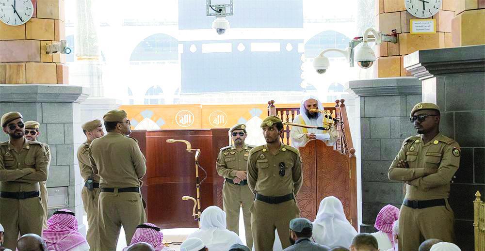 خطيب المسجد الحرام أثناء القاء خطبة الجمعة أمس.