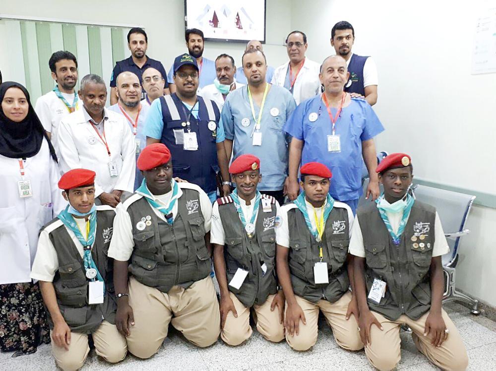 المشاركون في معسكرات خدمة الحجاج. (عكاظ)