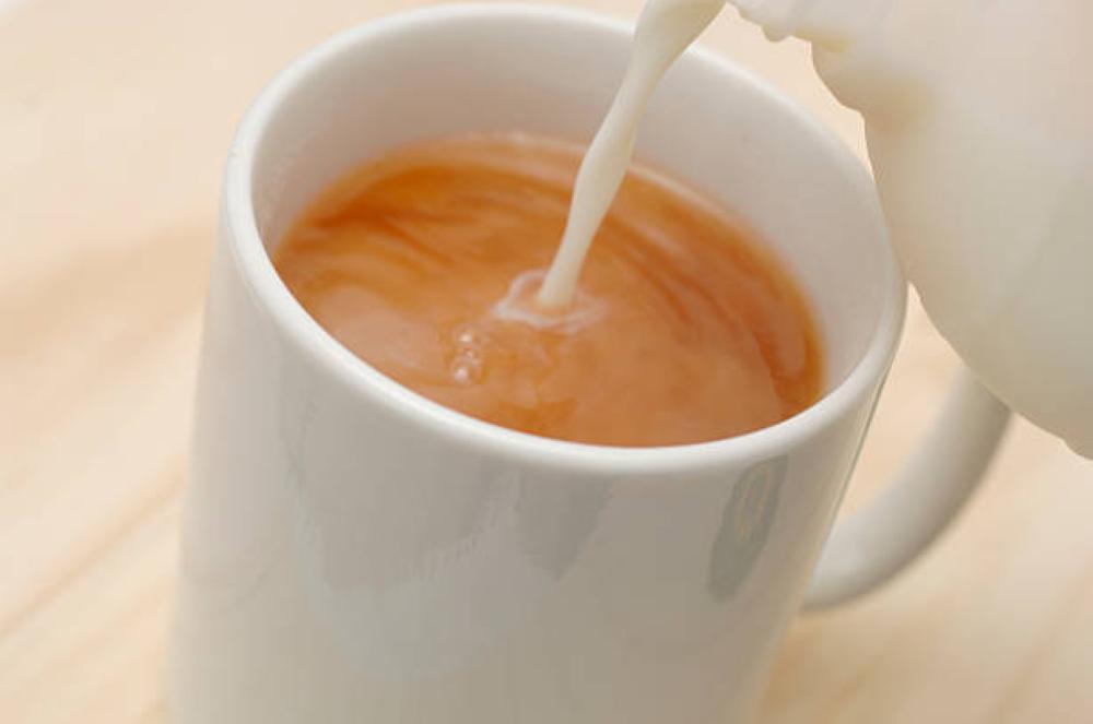 احذر.. شرب الشاي بالحليب يسبب هذه الأمراض