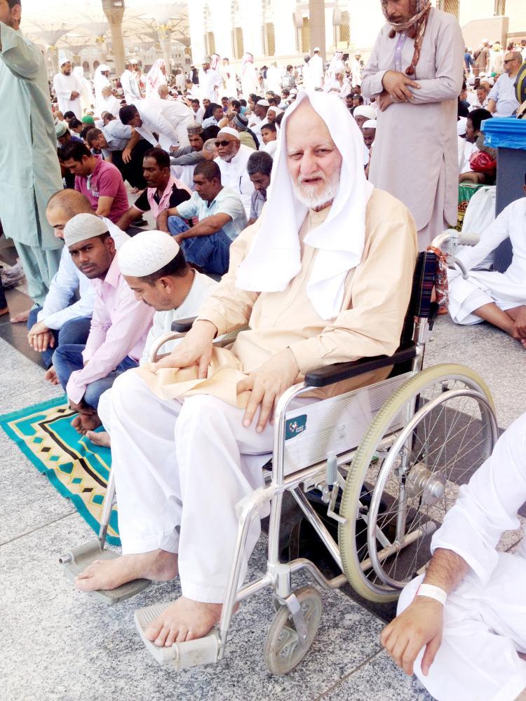 حاج في مسجد قباء يجلس بهدوء واطمئنان.