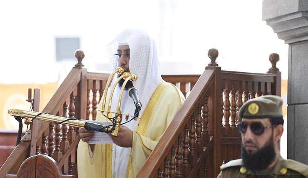 خالد الغامدي أثناء إلقاء خطبة الجمعة بالمسجد الحرام أمس. (واس)
