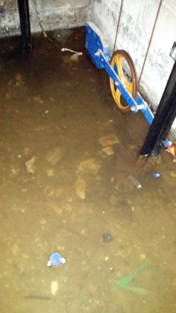 مياه الصرف تسربت إلى بئر مصعد إحدى العمائر.