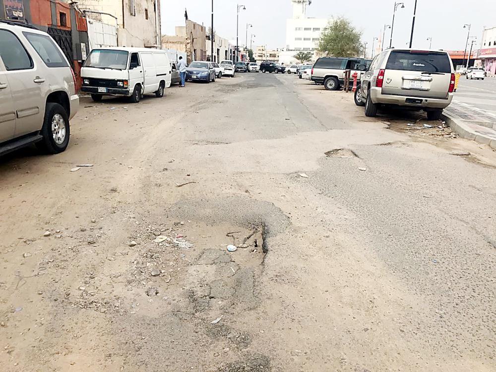 حفر وتشققات تنتشر في شوارع وسط البلد. (عكاظ)