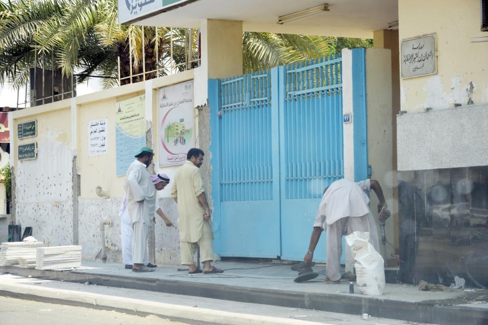رصف وصيانة مدخل مدرسة في جدة في الإجازة. (تصوير: موسى الأحمري)