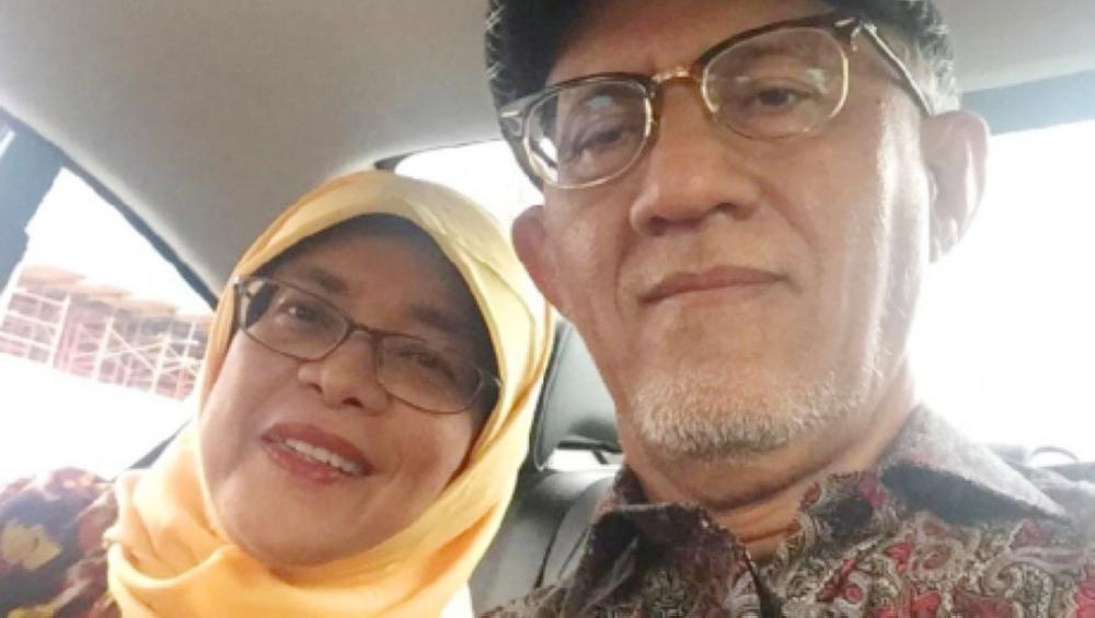 حليمة يعقوب رئيسة سنغافورة مع زوجها.