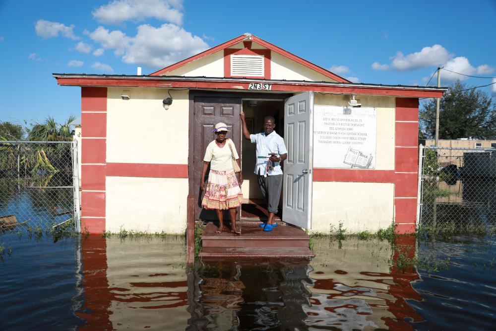 أمريكيان يتفقدان منزلهما عقب عودتهما إلى فلوريدا التي ضربها «إيرما» مخلفا دمارا هائلا أمس الأول. (رويترز)