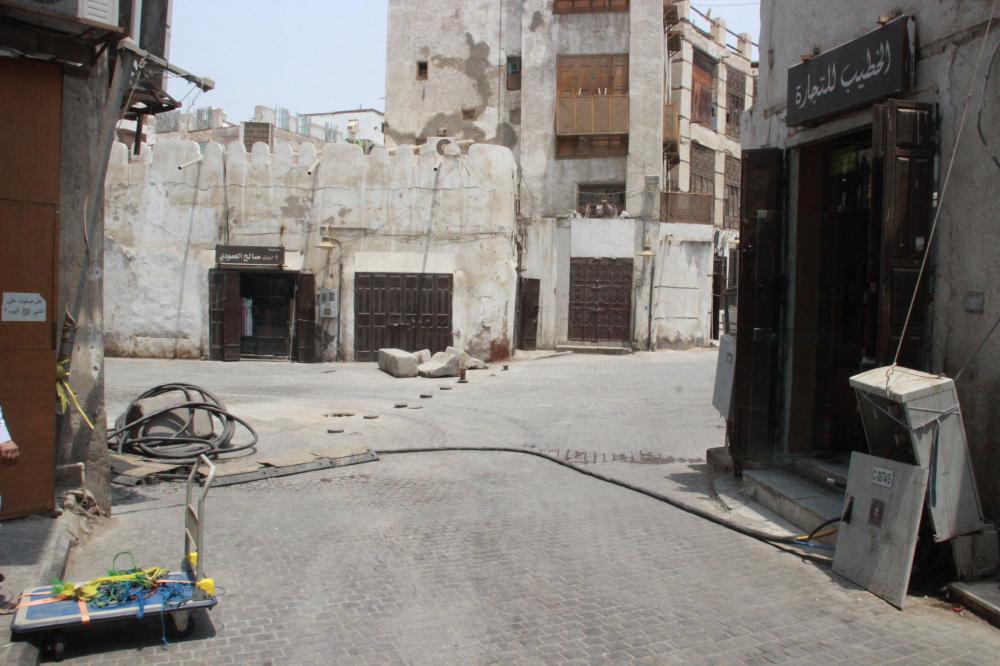 كابلات عارية تهدد العابرين في شوارع المنطقة التاريخية.كابلات عارية في شوارع المنطقة التاريخية. (عكاظ)