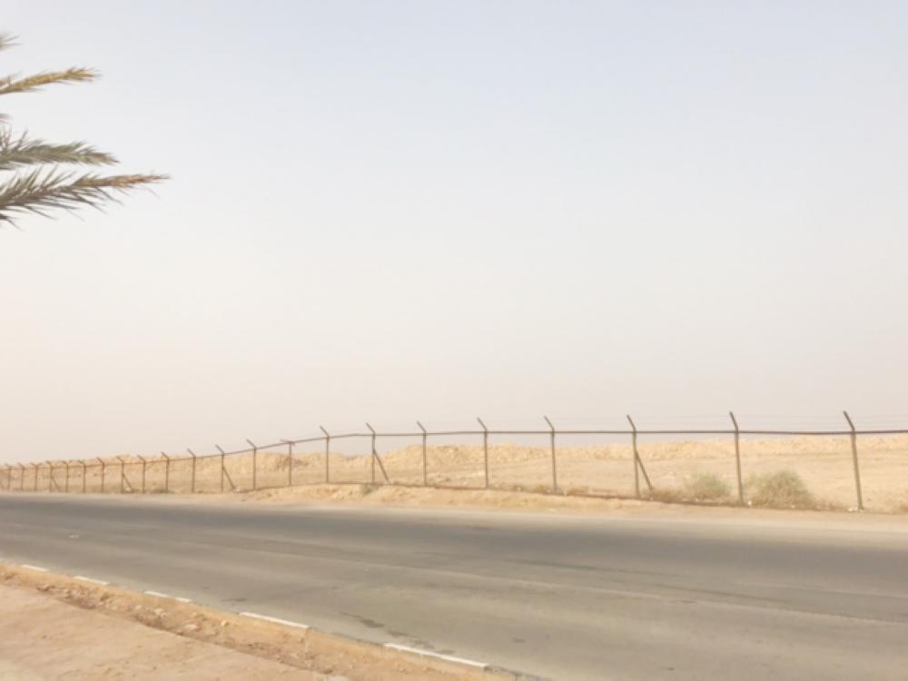 الأهالي يطالبون بإزالة السياج من شرق المحافظة.(عكاظ)