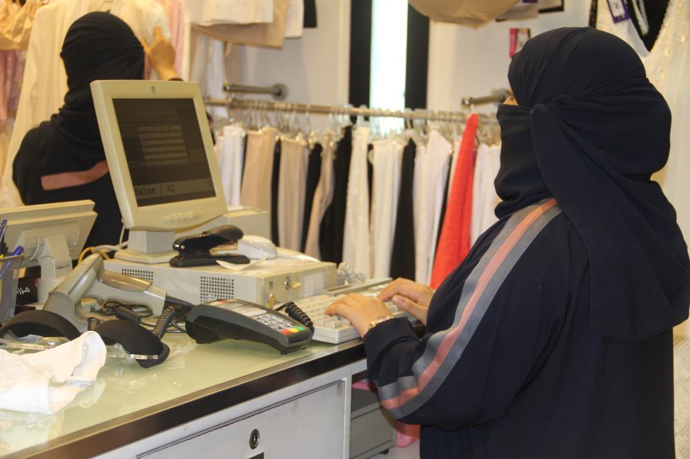 عاملة أمام الكاشير في أحد محلات بيع المستلزمات النسائية. (تصوير: أمل السريحي)