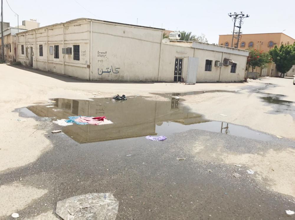 مياه الصرف الصحي تنتشر في شوارع المضباع. (عكاظ)