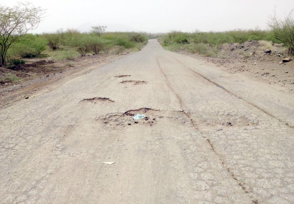 الطريق يفتقد للسفلتة ووسائل السلامة. (عكاظ)
