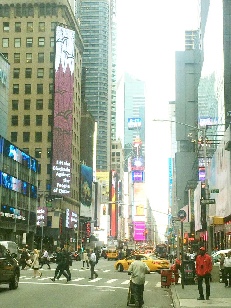 أحد البنايات في نيويورك تعلق إعلاناً قطريا حول مظلومية الدوحة المزعومة.