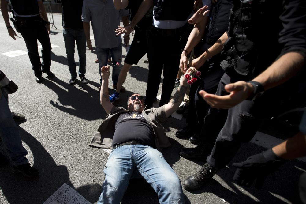 شرطة إسبانيا تعتقل وزيرا محليا وتداهم إدارات حكومية