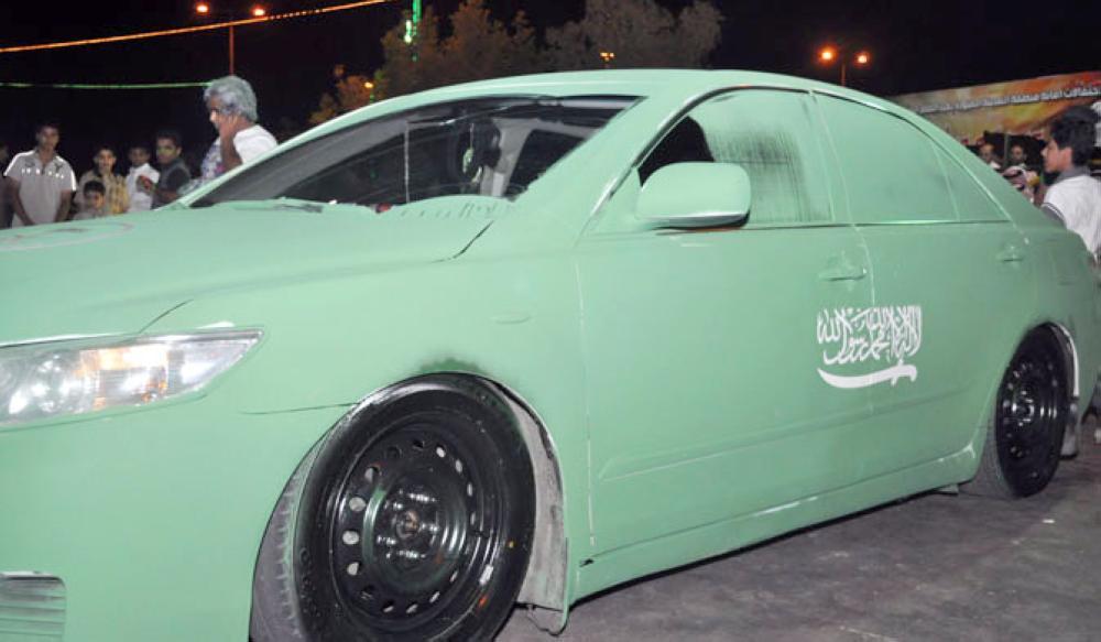 سيارة مطلية باللون الأخضر.