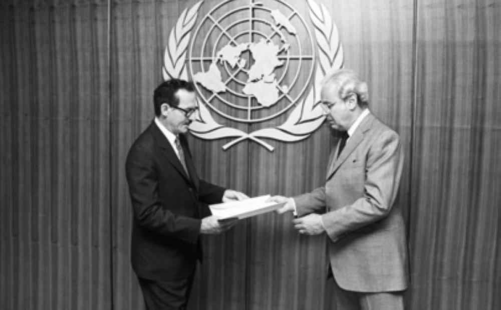 الشهابي (يسار الصورة) في أروقة الأمم المتحدة في نيويورك عام 1991