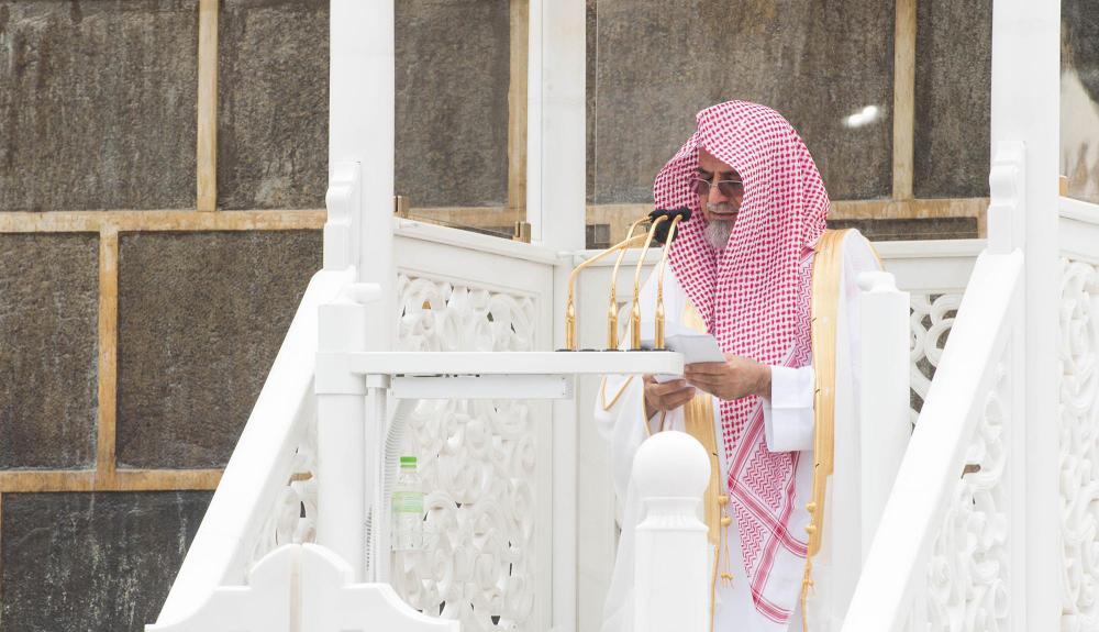 ابن حميد أثناء إلقاء خطبة الجمعة أمس في المسجد الحرام. (واس)
