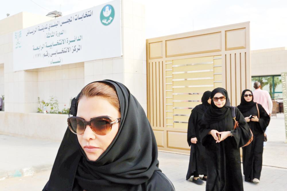 سعوديات لدى مشاركتهن في انتخابات المجلس البلدي في الرياض.