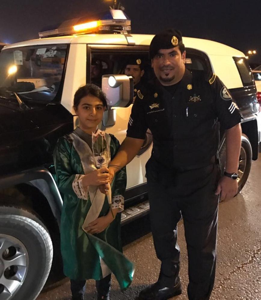 الجوف: رجال الأمن يوزعون الورود والأعلام على المواطنين