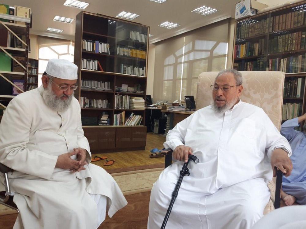 القرضاوي مستقبلاً الحسيني في مكتبه ظهر اليوم