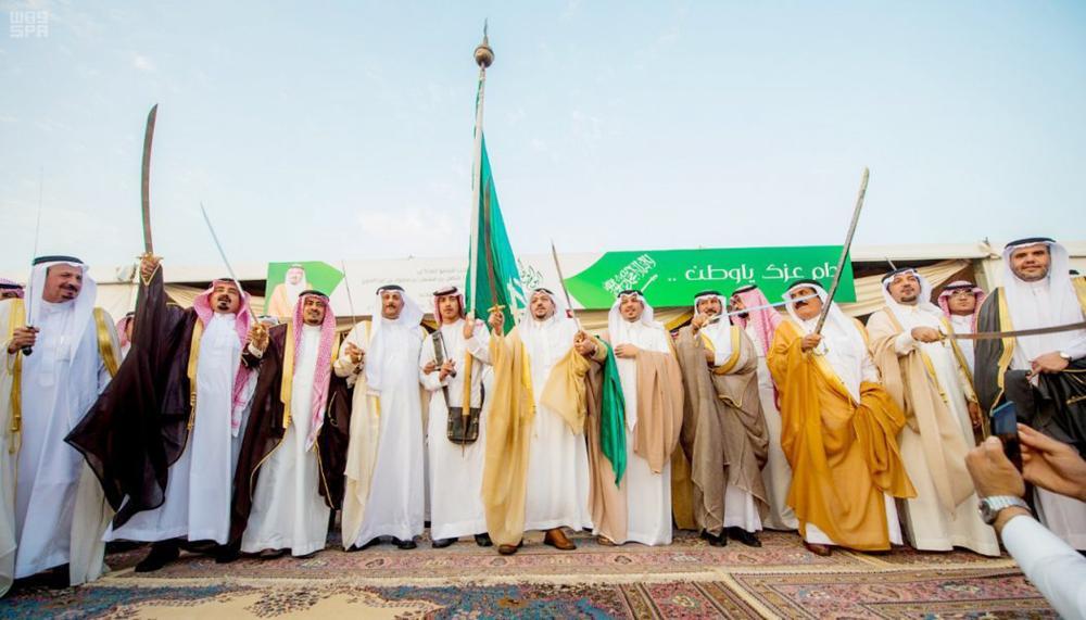الأمير فيصل بن مشعل مشاركا في العرضة السعودية عقب رفع علم المملكة في ميدان بيرق التوحيد. (واس)