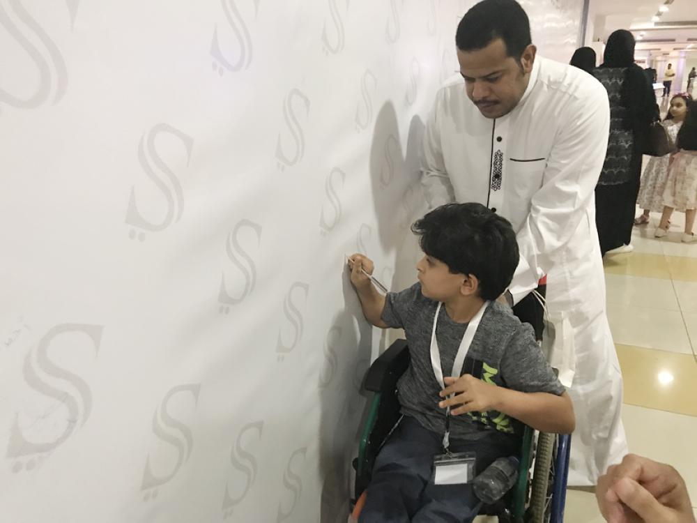 فارس يوثق الولاء للقيادة على «جدارية»