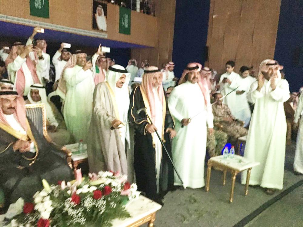 الشيخ بن شريم يشارك في العرضة.