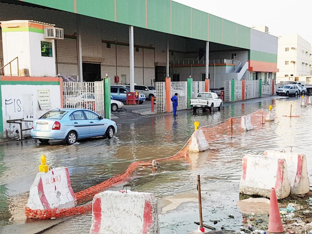 المياه العذبة تغمر الشوارع في حي العدل.