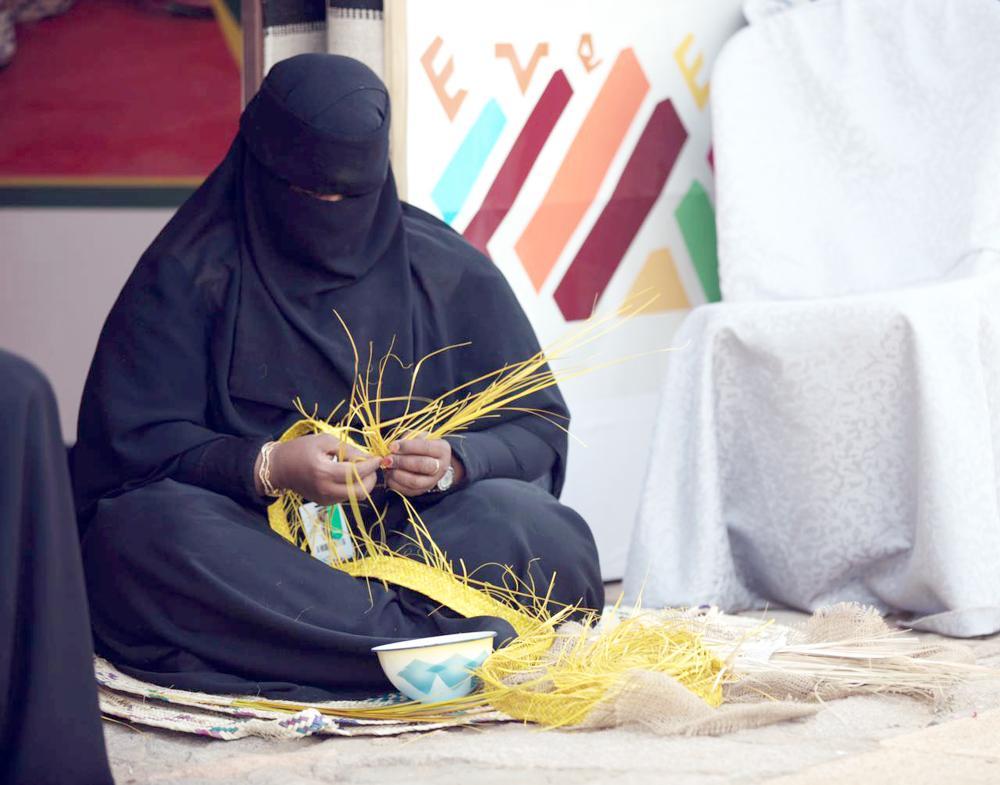 صناعة «الخوص» إحدى الحرف البارزة في المدينة المنورة. (تصوير: أحمد القحطاني)