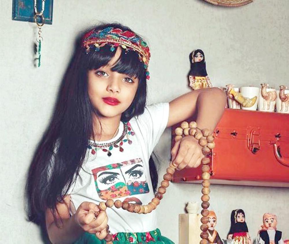 طفلة تتزين بالمشغولات اليدوية للمصممة نورة الركبان.