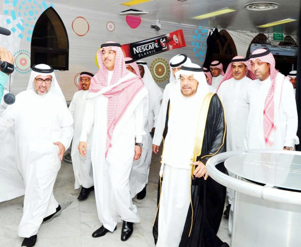 وزير الإعلام الدكتور العواد خلال زيارته لنادي جدة الأدبي أخيراً. (عكاظ)