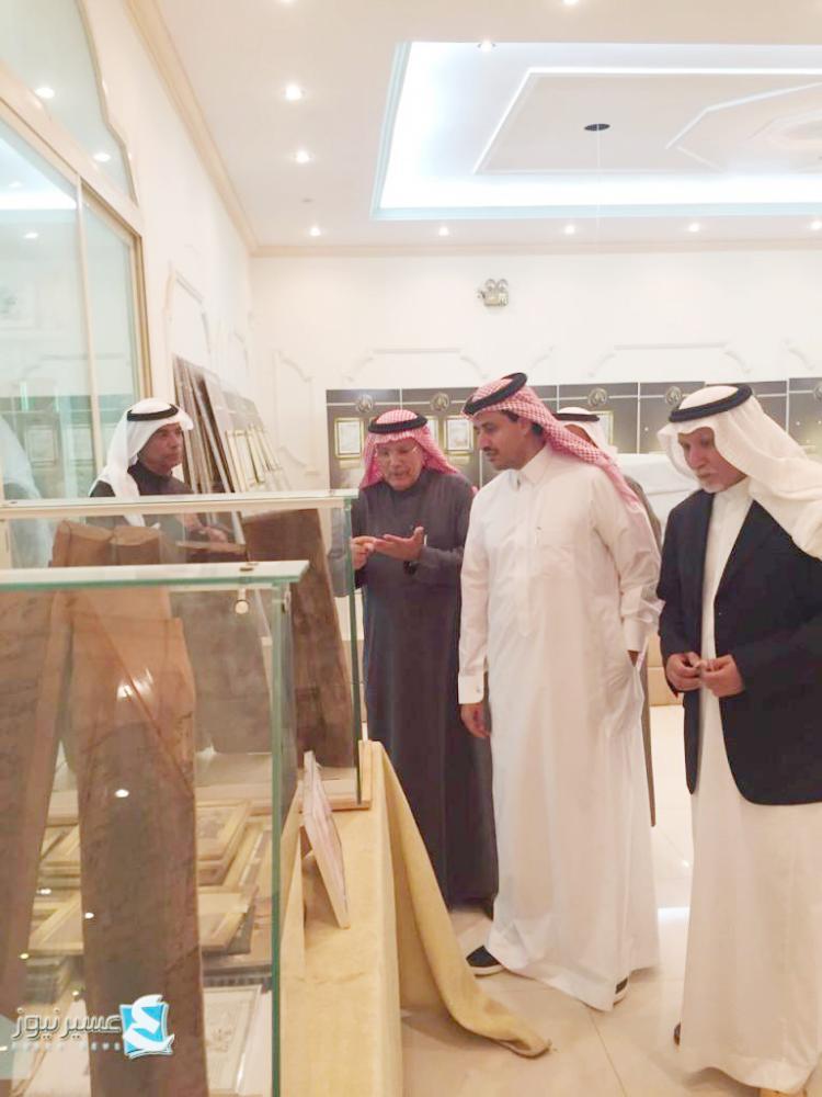 مدير السياحة والآثار محمد العمرة متجولا داخل المعرض.