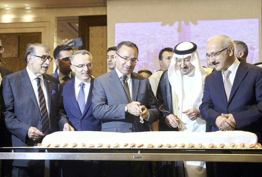 السفير الخريجي في حفلة الاستقبال بالسفارة السعودية في تركيا أمس الأول. (واس)