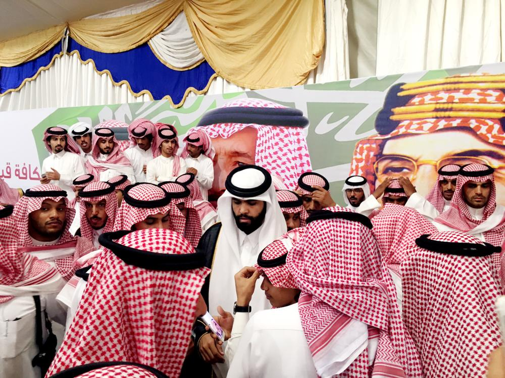 الشيخ سلطان بن سحيم آل ثاني خلال حضوره الحفلة في وادي العجمان أول أمس. (عكاظ)