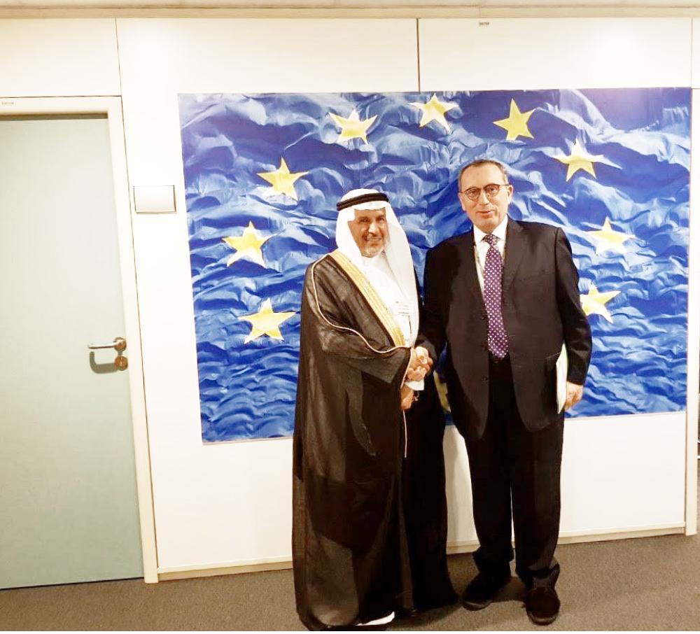الربيعة مصافحاً مدير التعاون الدولي والتنمية في الاتحاد الأوروبي أمس. (واس)
