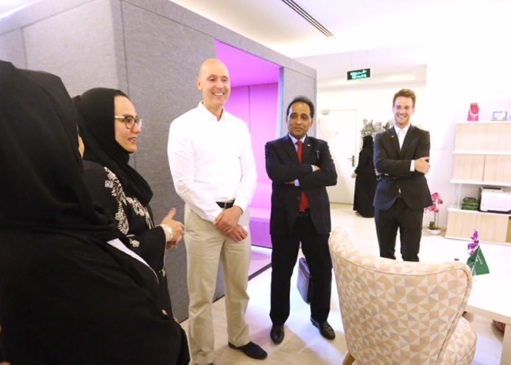 أعضاء الوفد الألماني يستمعون إلى تاجرات سعوديات