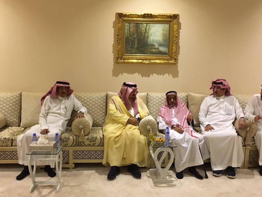 أمير الرياض يقدّم العزاء لأسرة الفايز