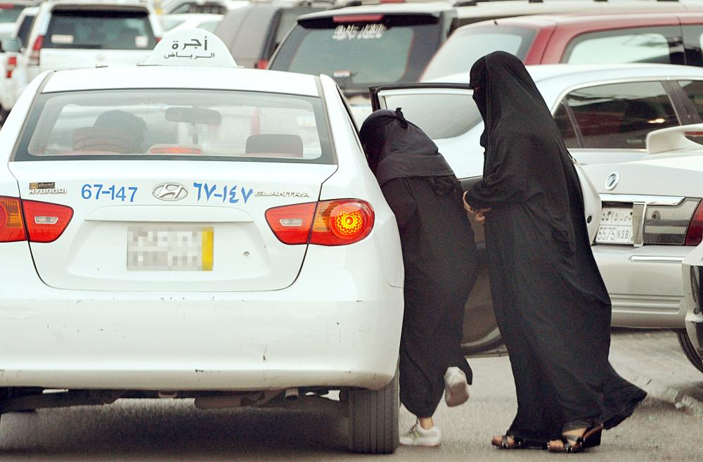 عانت المرأة كثيراً من مشكلات سيارات الأجرة.