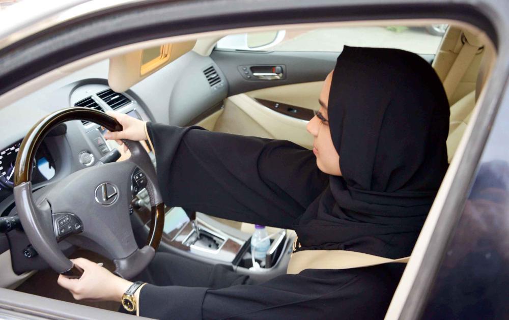 قيادة المرأة تعينها على قضاء احتياجاها. (عكاظ)
